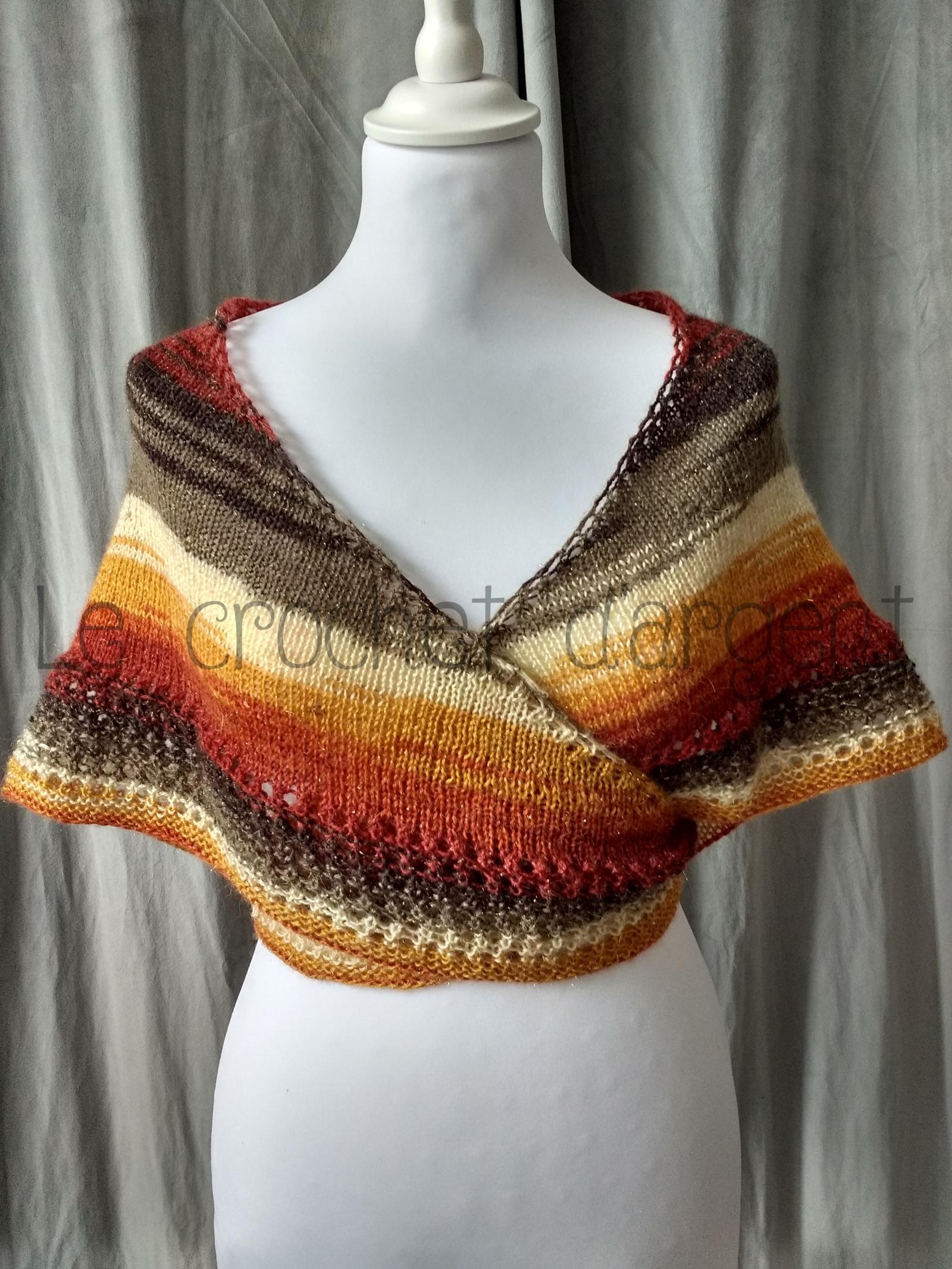 Un tutoriel gratuit d'un châle au tricot en forme de cœur et aux couleurs automnales
